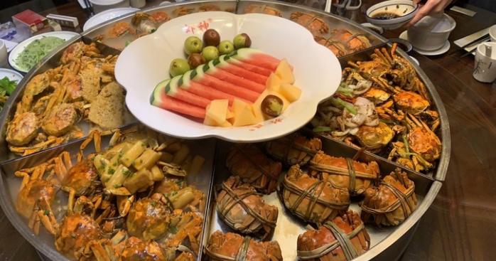 今天朋友请我去无锡吃饭,妈耶这一桌子的大闸蟹,值了!发出来馋馋大家!